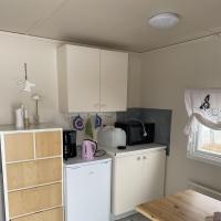 2 Kök med kylskåp, micro, vattenkokare, kaffekokare och köksutrustning.