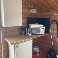 2 Kök med micro, vattenkokare, kaffekokare, kylskåp och köksutrustning.